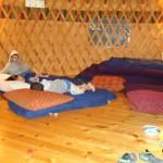 הילדים מתכוננים לשינה באוהל
