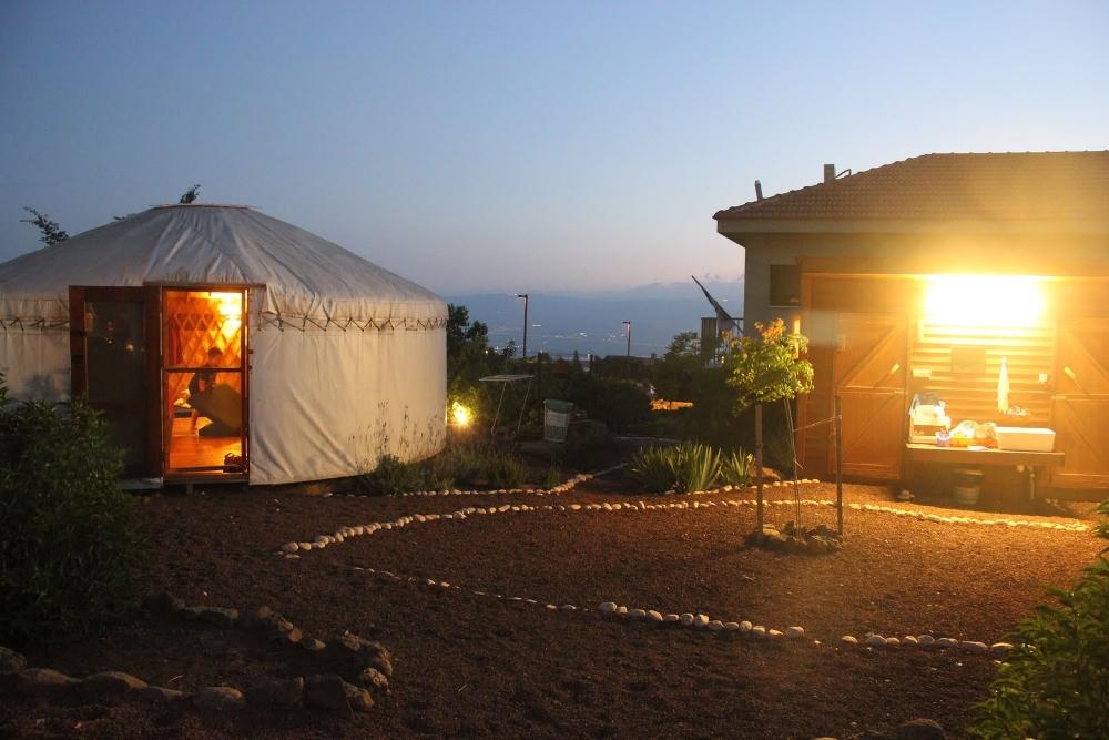 השירותים בצמוד לכל אוהל