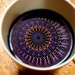 השתקפות החלון העילי של היורט בכוס תה